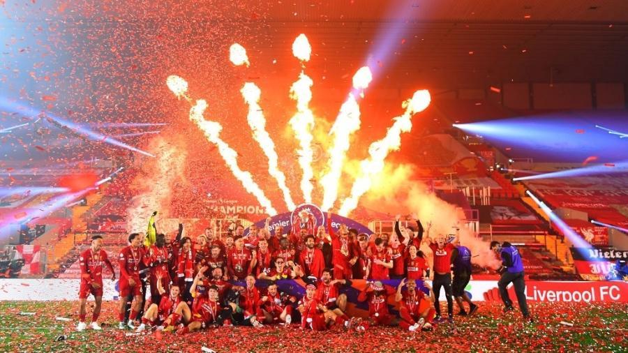Jogadores do Liverpool receberam troféu de campeão da Premier League - Laurence Griffiths/Getty Images
