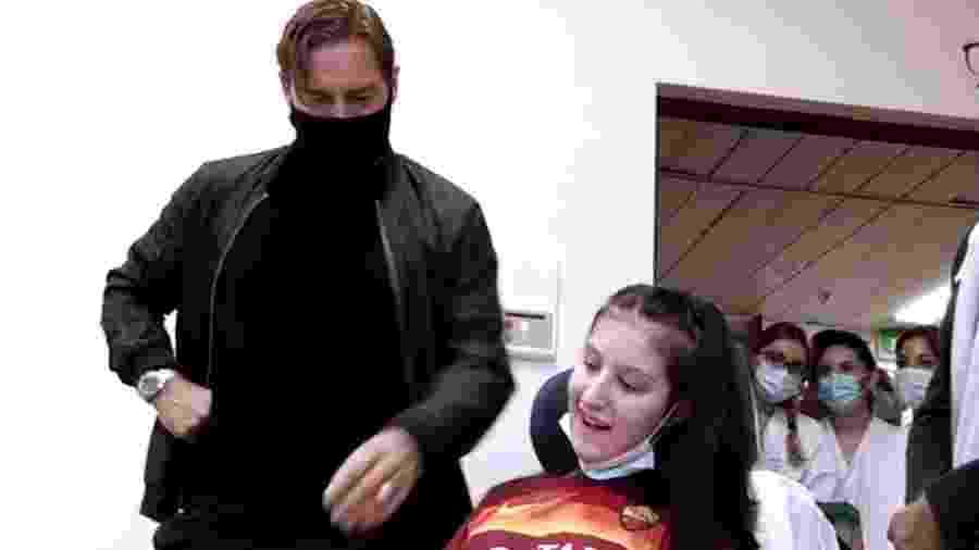 Totti visita jovem torcedora da Roma que saiu do coma após ouvir um vídeo do astro - Reprodução
