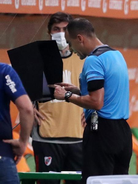 Árbitro Esteban Ostojich analisa VAR em Palmeiras x River pela Libertadores-2020 - REUTERS/Amanda Perobelli
