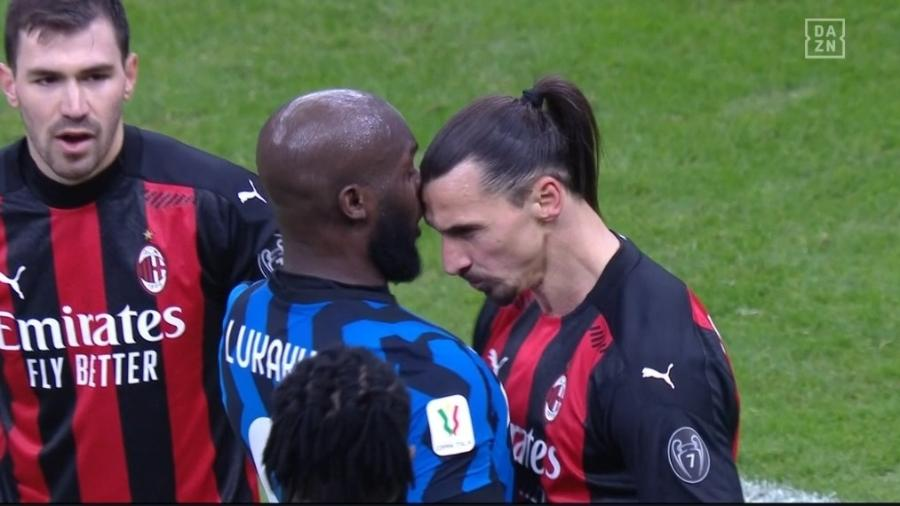 Lukaku e Ibrahimovic durante o clássico entre Milan e Inter de Milão - Reprodução / DAZN