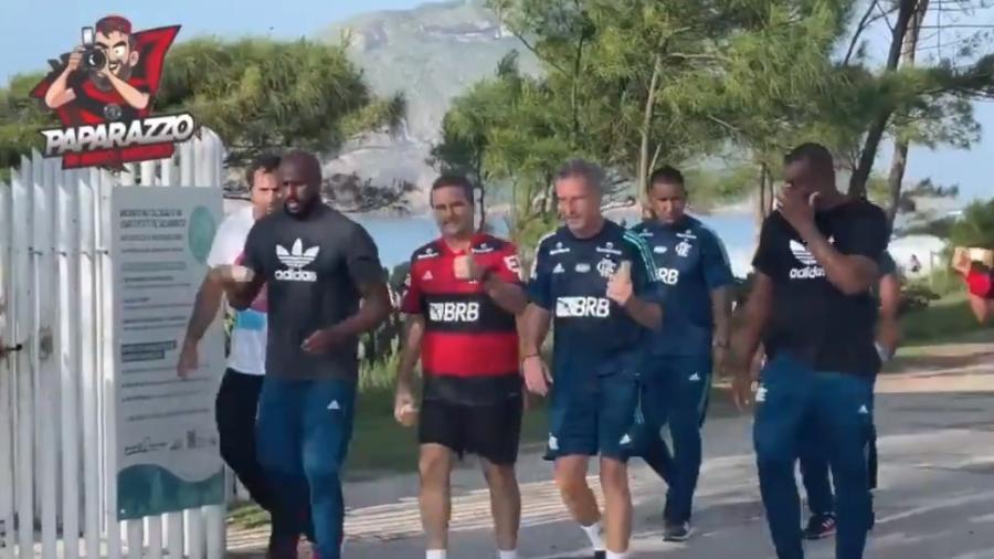 Landim, presidente do Flamengo, e Bruno Spindel, diretor de Futebol, cumprem promessa por título do Brasileiro - Reprodução / Canal Paparazzo Rubro-Negro