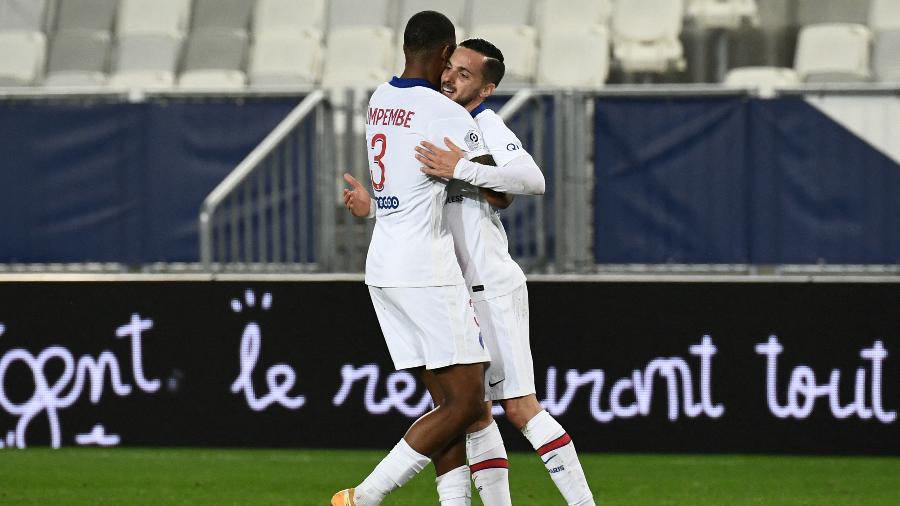 Sarabia e Kimpembe comemoram o gol da vitória do PSG sobre o Bordeaux - PHILIPPE LOPEZ/AFP