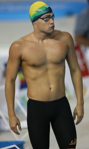 Leonardo de Deus se prepara para nadar as eliminatórias dos 200 m borboleta. Ele avançou para a final com o terceiro melhor tempo das baterias