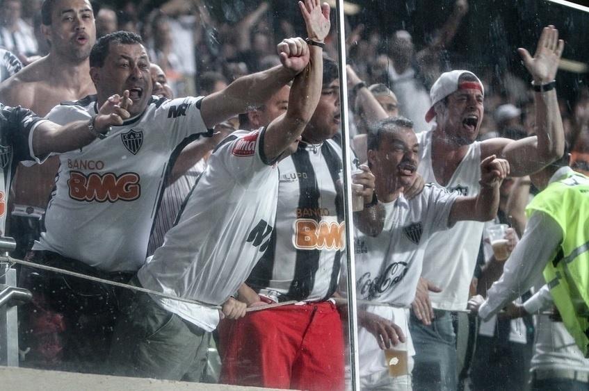 Torcedores do Atlético-MG protestam contra arbitragem
