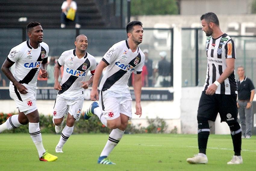 Jogadores do Vasco comemoram gol contra o Tupi pelo Campeonato Brasileiro da Série B