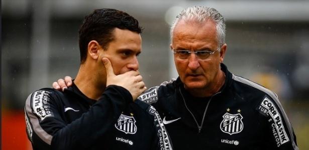 Técnico do Santos, Dorival Júnior conversa com o seu filho e auxiliar, Lucas Silvestre