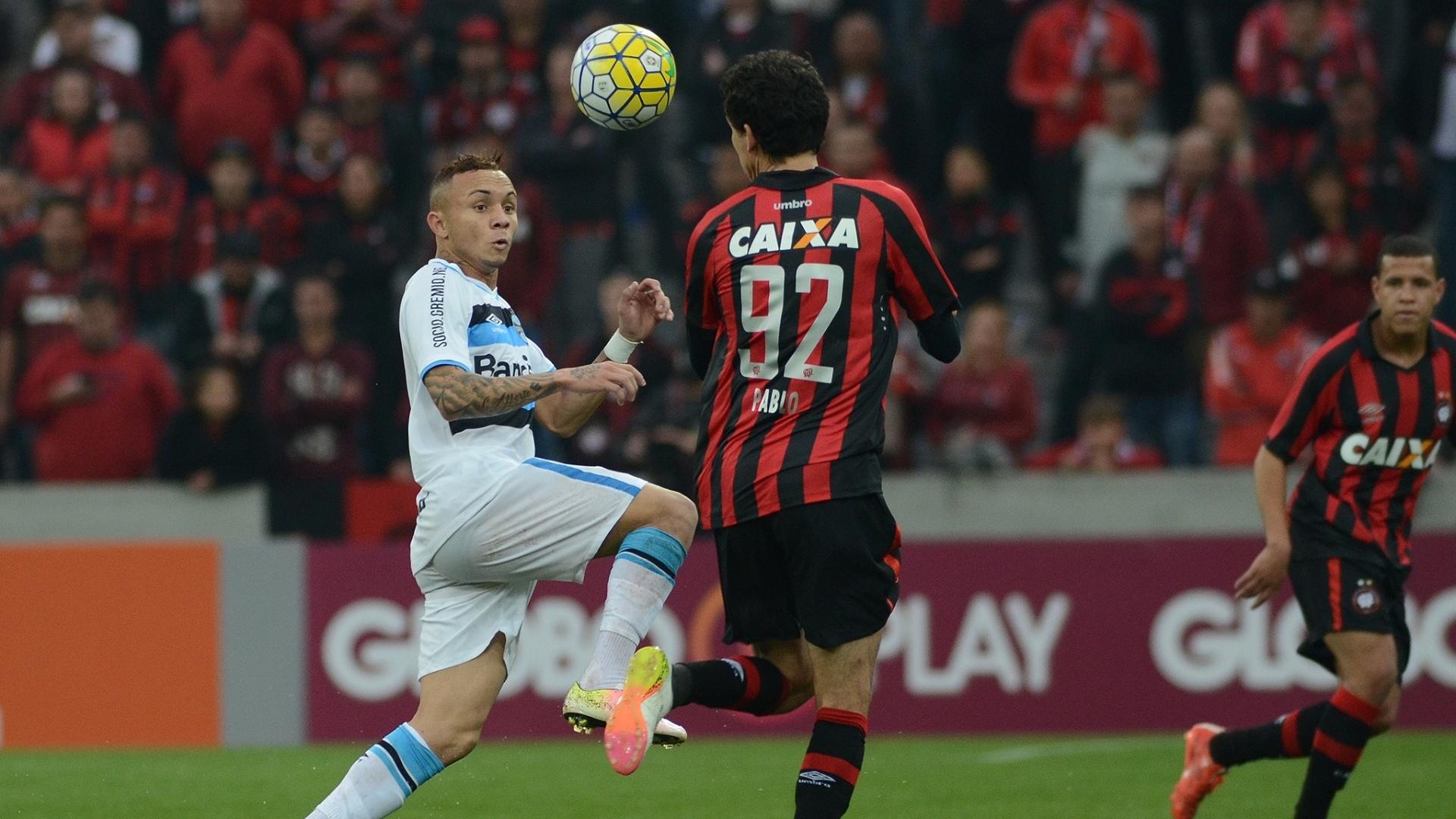 Èverton e Pablo disputam bola na partida Atlético-PR x Grêmio