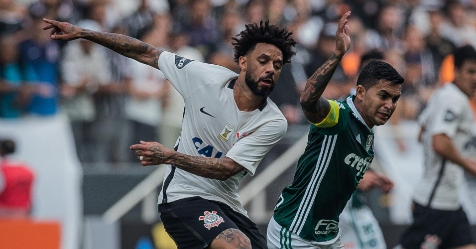 Cristian comete falta sobre Dudu no clássico paulista na Arena Corinthians
