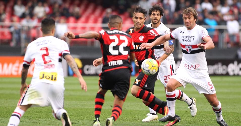 Guerrero e Lugano disputam bola durante jogo entre Flamengo e São Paulo