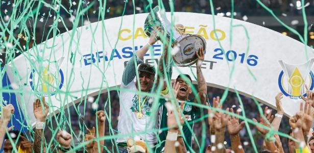 Dudu ergue a taça de campeão brasileiro ao lado presidente Paulo Nobre
