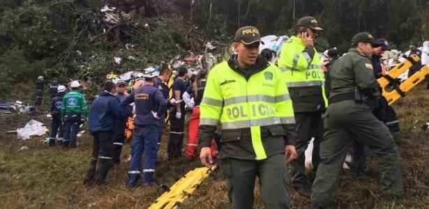 Equipes de resgate no local da queda do avião com o elenco da Chapecoense
