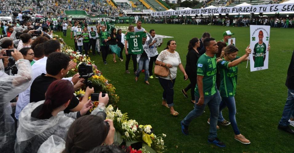 Famílias das vítimas fazem caminhada pelo gramado da Arena Condá em encerramento de velório