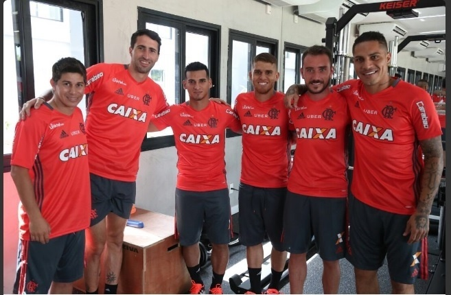 Darío Conca e os gringos do Flamengo na reapresentação do elenco no Ninho do Urubu