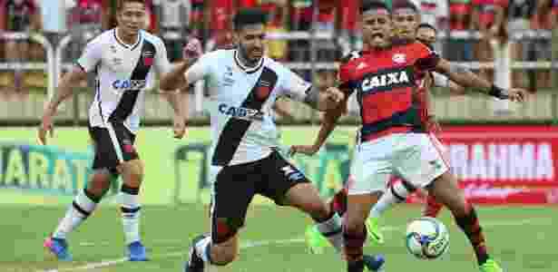 Foi pênalti! Everton é derrubado por Luan na área do Vasco - Gilvan de Souza/Flamengo - Gilvan de Souza/Flamengo