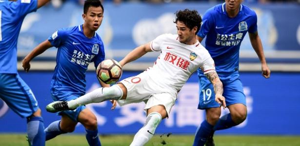 Alexandre Pato em ação pelo Tianjin Quanjian