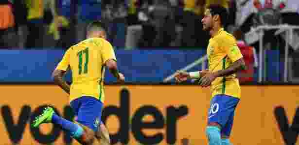 Philippe Coutinho comemora com Neymar primeiro gol da seleção contra o Paraguai - NELSON ALMEIDA/AFP
