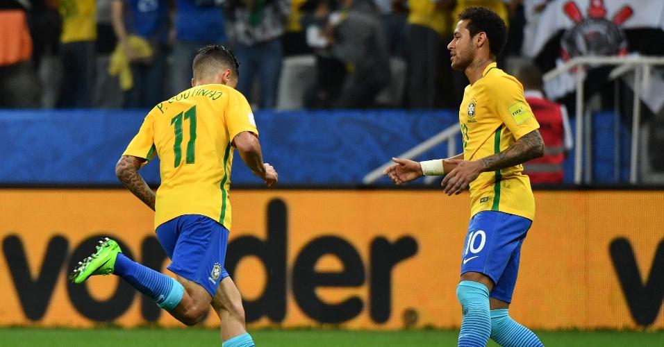 Philippe Coutinho comemora com Neymar primeiro gol da seleção contra o Paraguai