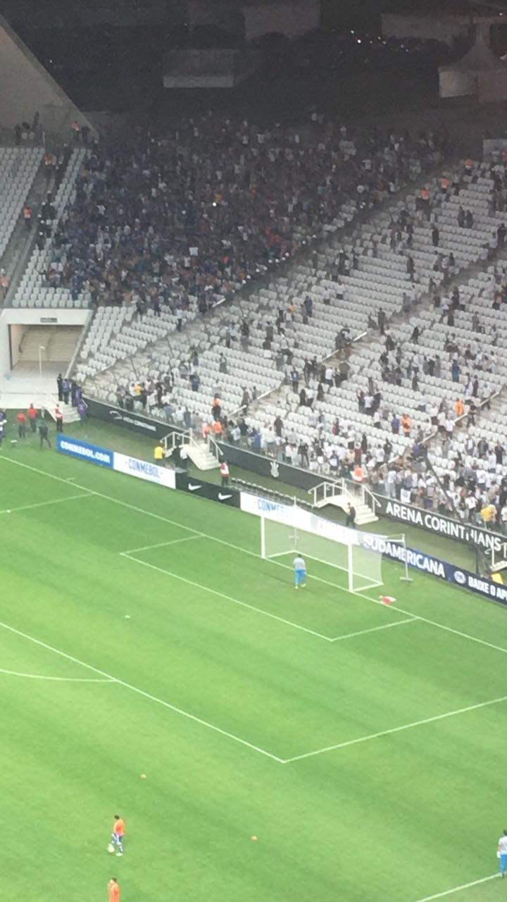 Torcida do U. do Chile arrumam confusão na Arena Corinthians
