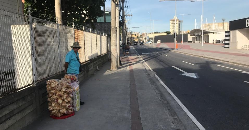 Vendedor de biscoitos solitário à espera de clientes