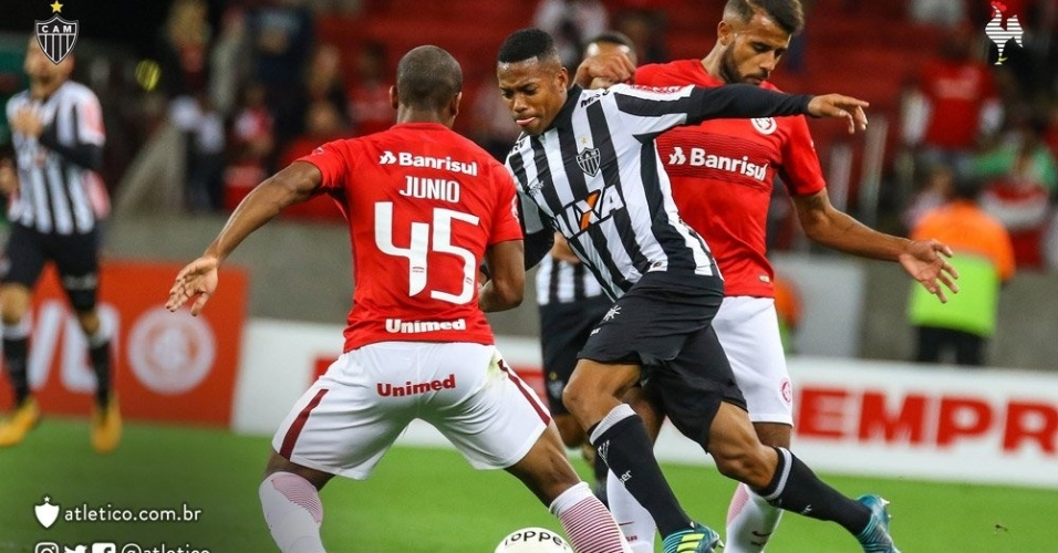 Robinho tenta passar pela marcação do Internacional, em jogo válido pela Primeira Liga