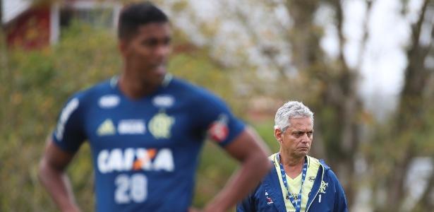 Um pensativo Rueda trabalha o Flamengo para o primeiro jogo da final da Copa do Brasil