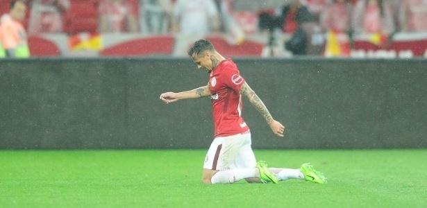 Alemão do Inter cruza o campo de joelhos para pagar promessa