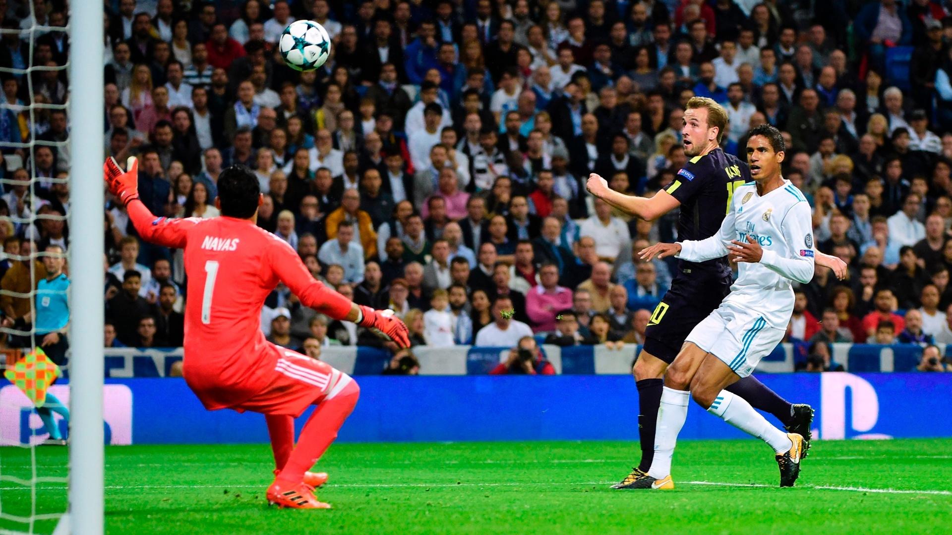 Kane e Varane disputam jogada no lance do gol do Tottenham contra o Real Madrid