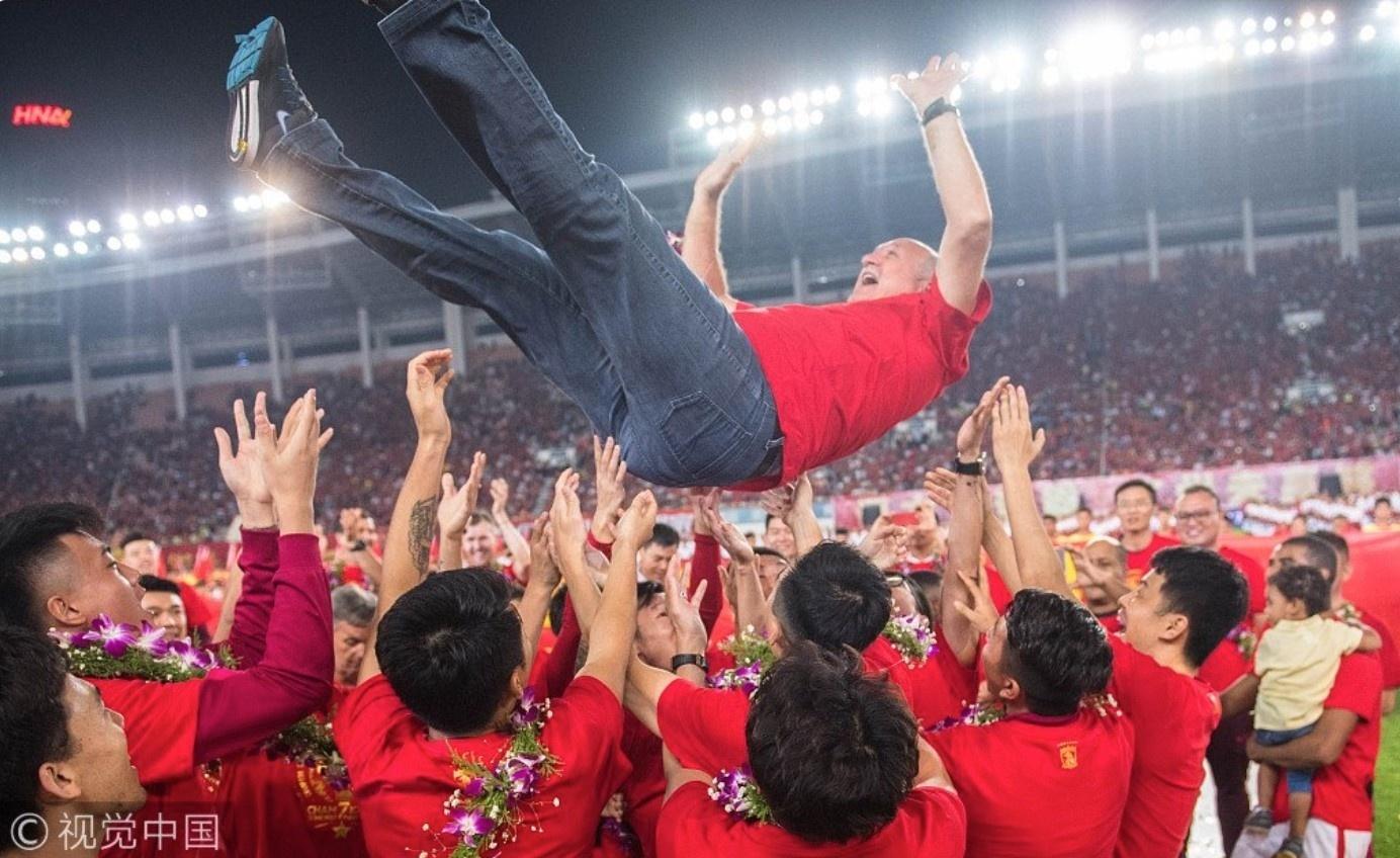 Felipão é jogado para cima depois de conquistar o Campeonato Chinês