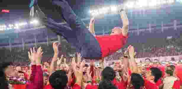 Felipão é jogado para cima depois de conquistar o Campeonato Chinês - Reprodução Twitter