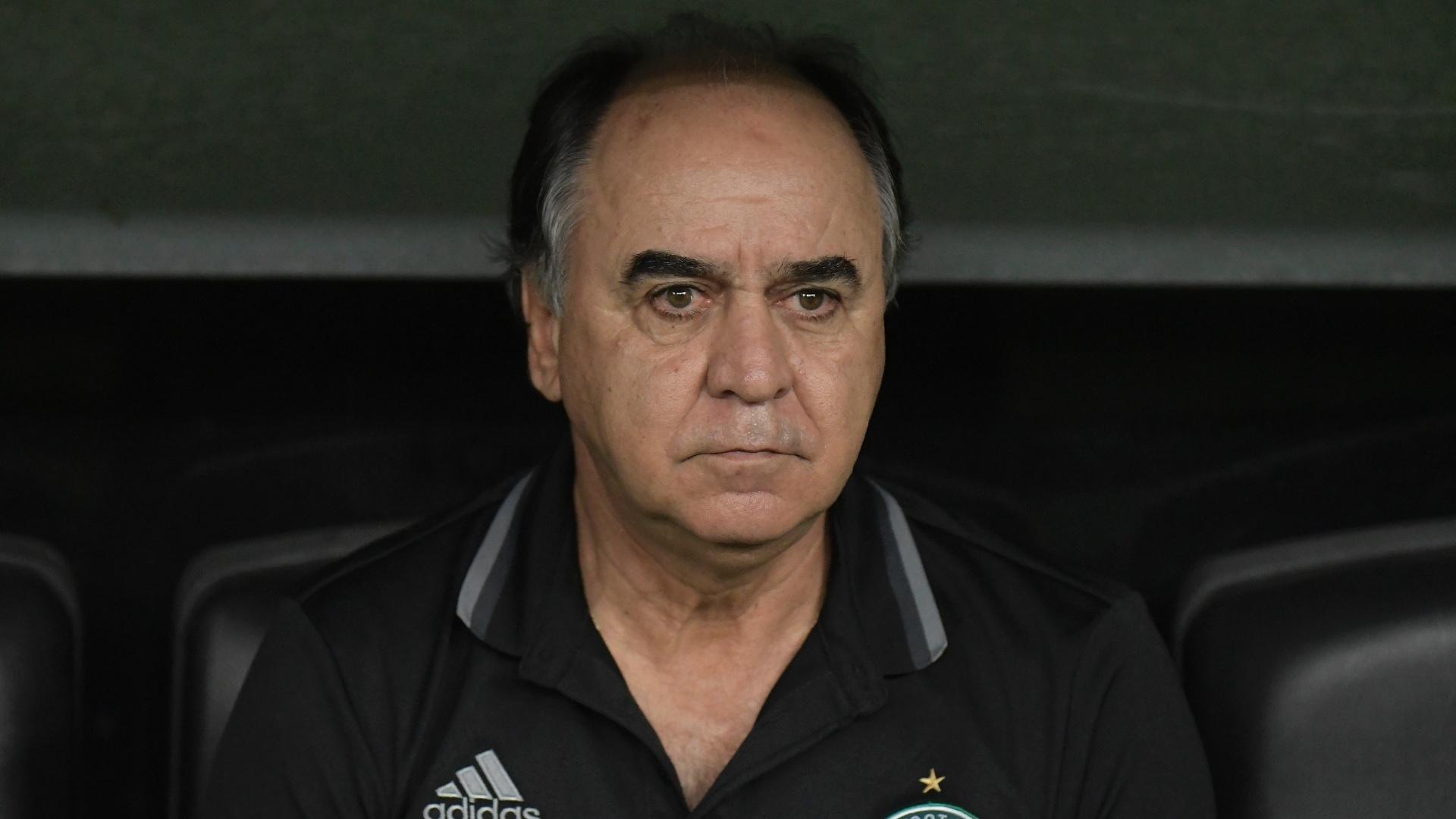Marcelo Oliveira acompanha o jogo entre Coritiba e Fluminense