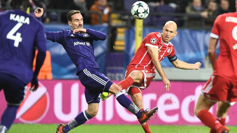 Robben arrisca chute na partida entre Anderlecht e Bayern de Munique, pela Liga dos Campeões - AFP PHOTO / Emmanuel DUNAND