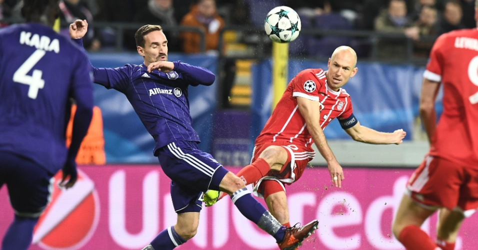 Robben arrisca chute na partida entre Anderlecht e Bayern de Munique, pela Liga dos Campeões