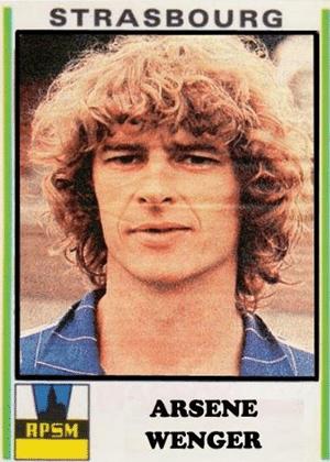 ARSÈNE WENGER, técnico do Arsenal desde 1996, era zagueiro do Strasbourg-FRA na década de 1970