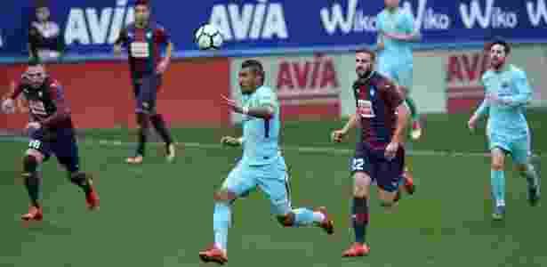 Paulinho tenta uma jogada para o Barcelona contra o Eibar - Vincent West/Reuters - Vincent West/Reuters