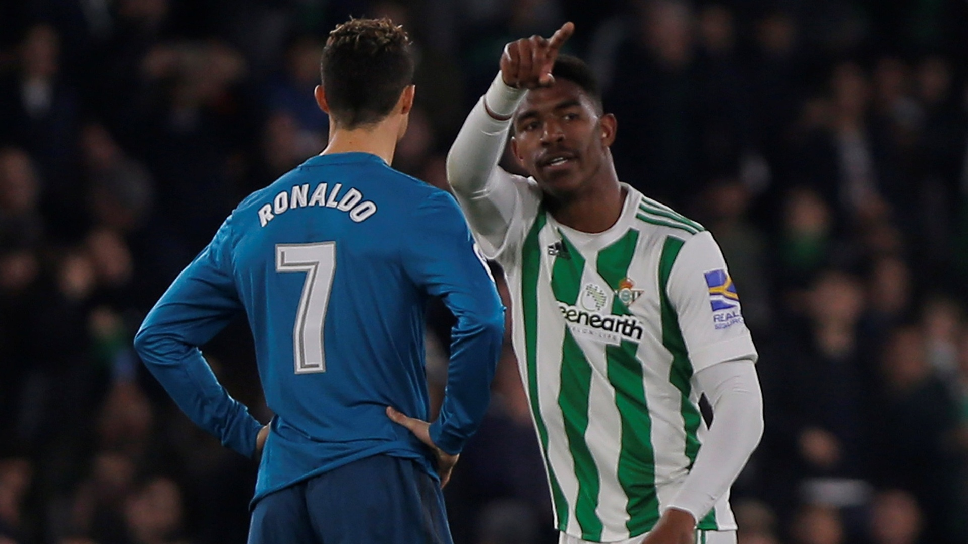 Junior Firpo comemora seu gol, ao fundo Cristiano Ronaldo parece abatido