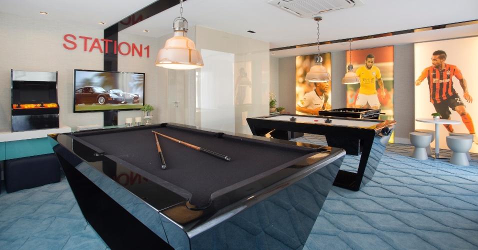 O salão de jogos da casa de Alex Teixeira tem referência à carreira do atleta com fotos nas paredes. A mesa de sinuca com design contemporâneo se destaca no local