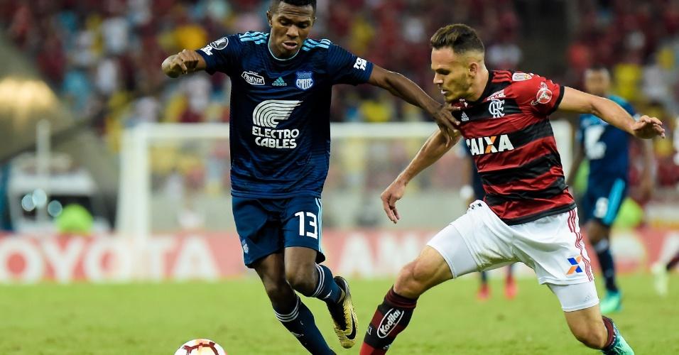Renê disputa bola com Orejuela durante Flamengo x Emelec na Libertadores