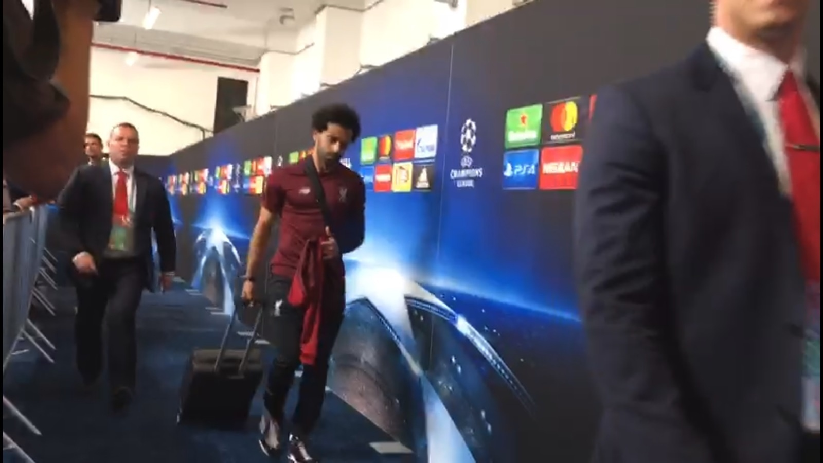 Mohamed Salah deixa o estádio em Kiev com o ombro imobilizado