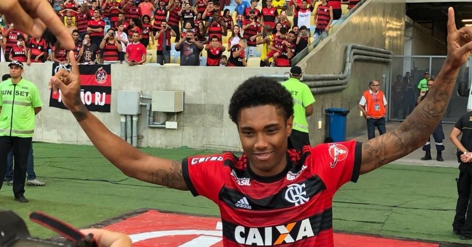 O atacante Vitinho saúda a torcida do Flamengo no intervalo do jogo contra o São Paulo