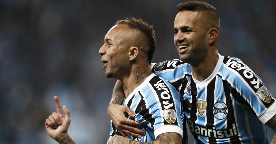 Everton comemora com Luan o gol do Grêmio diante do Estudiantes