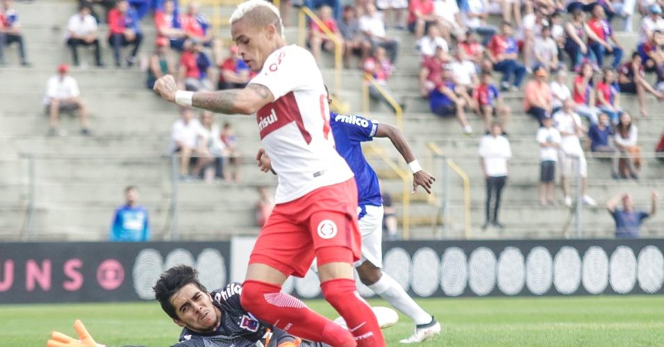 Jonatan Alvez encara o goleiro Richard na partida entre Paraná e Internacional pelo Campeonato Brasileiro 2018