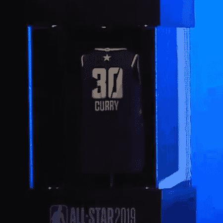 Adam Silver demonstra como camisa da NBA muda de nome e número  - Reprodução