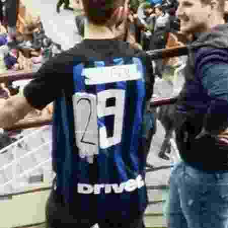 Torcedor da Inter de Milão transforma camisa de Icardi em Dalbert - Reprodução - Reprodução