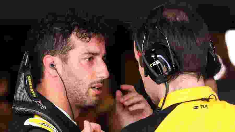 Daniel Ricciardo conversa com a equipe da Renault após abandonar o GP da Austrália - Asanka Brendon RATNAYAKE / AFP