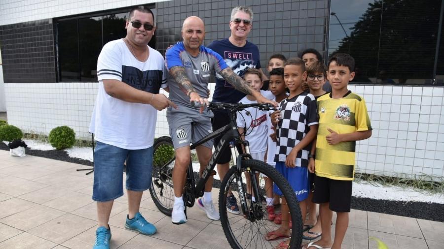 Sampaoli recebeu bike de presente das mãos de torcedores mirins - Divulgação/Twitter