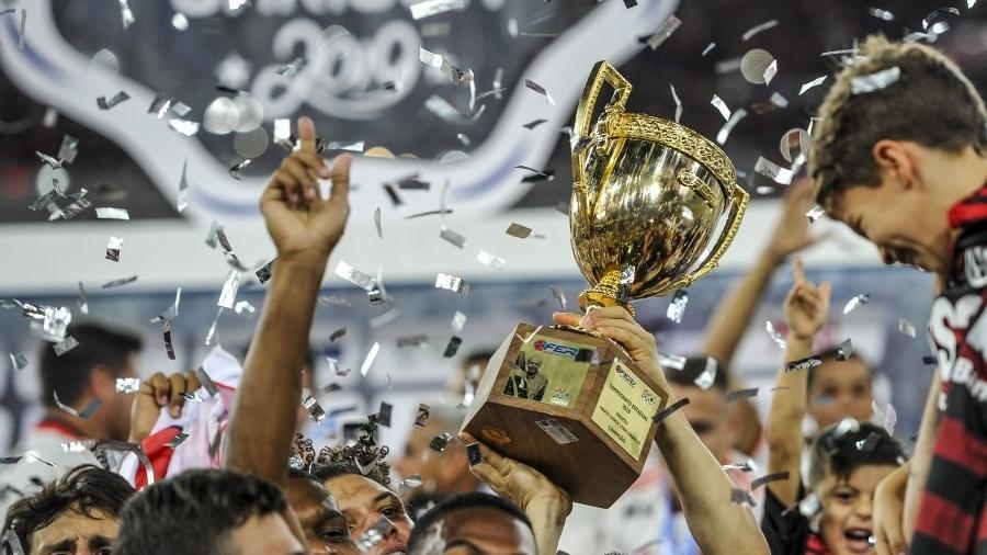 Jogadores do Flamengo comemoram com troféu do Campeonato Carioca de 2019 após vitória sobre o Vasco por 2 a 0 - Alexandre Vidal/Flamengo