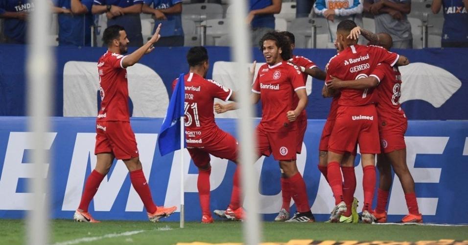Nonato comemora gol do Internacional contra o Cruzeiro