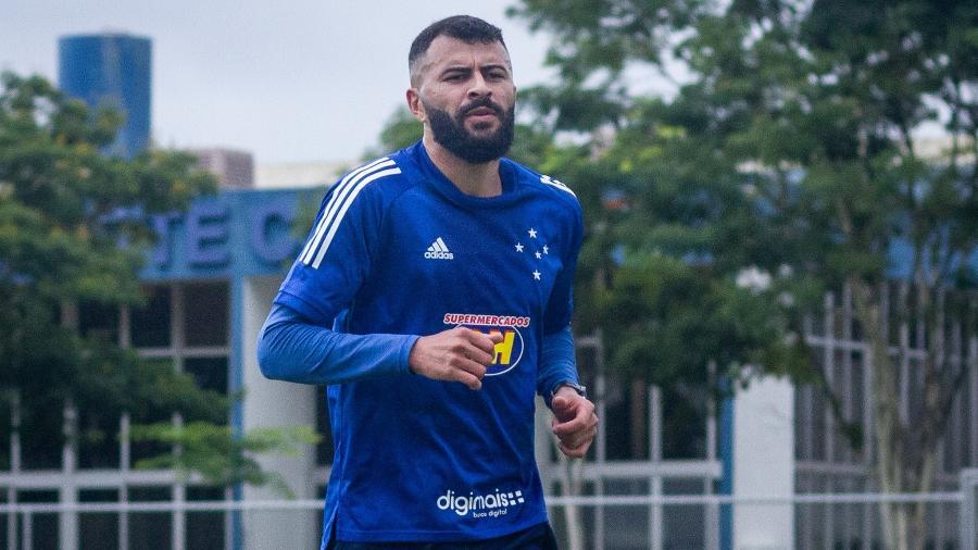 Lateral esquerdo João Lucas, em treinamento do Cruzeiro na Toca da Raposa - Gustavo Aleixo/Cruzeiro