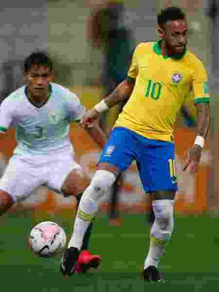 Neymar disputa jogada com Jesus Sagredo em Brasil x Bolívia - Miguel Schincariol - Miguel Schincariol