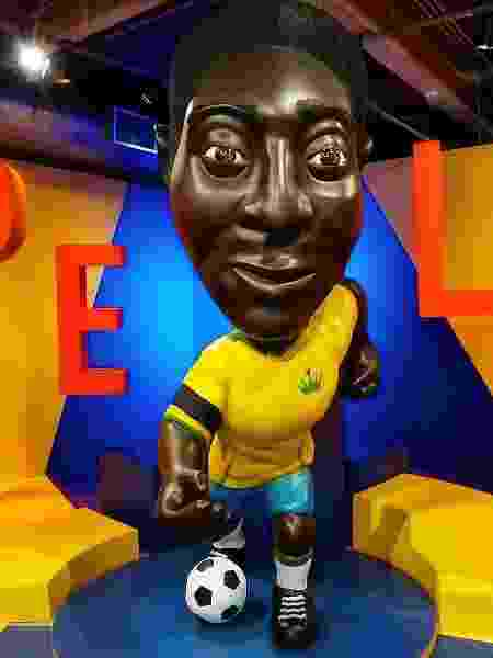Estátua de Pelé no Museu do Futebol ganhou braçadeira preta em luto por Diego Maradona - Divulgação